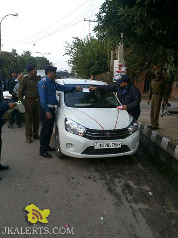 J&K TRAFFIC POLICE initiative ,Posting notices on the wrongly parked vehicles