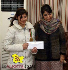 Chief Minister felicitates Meenal Gupta, Commonwealth under 14 Chess champion
